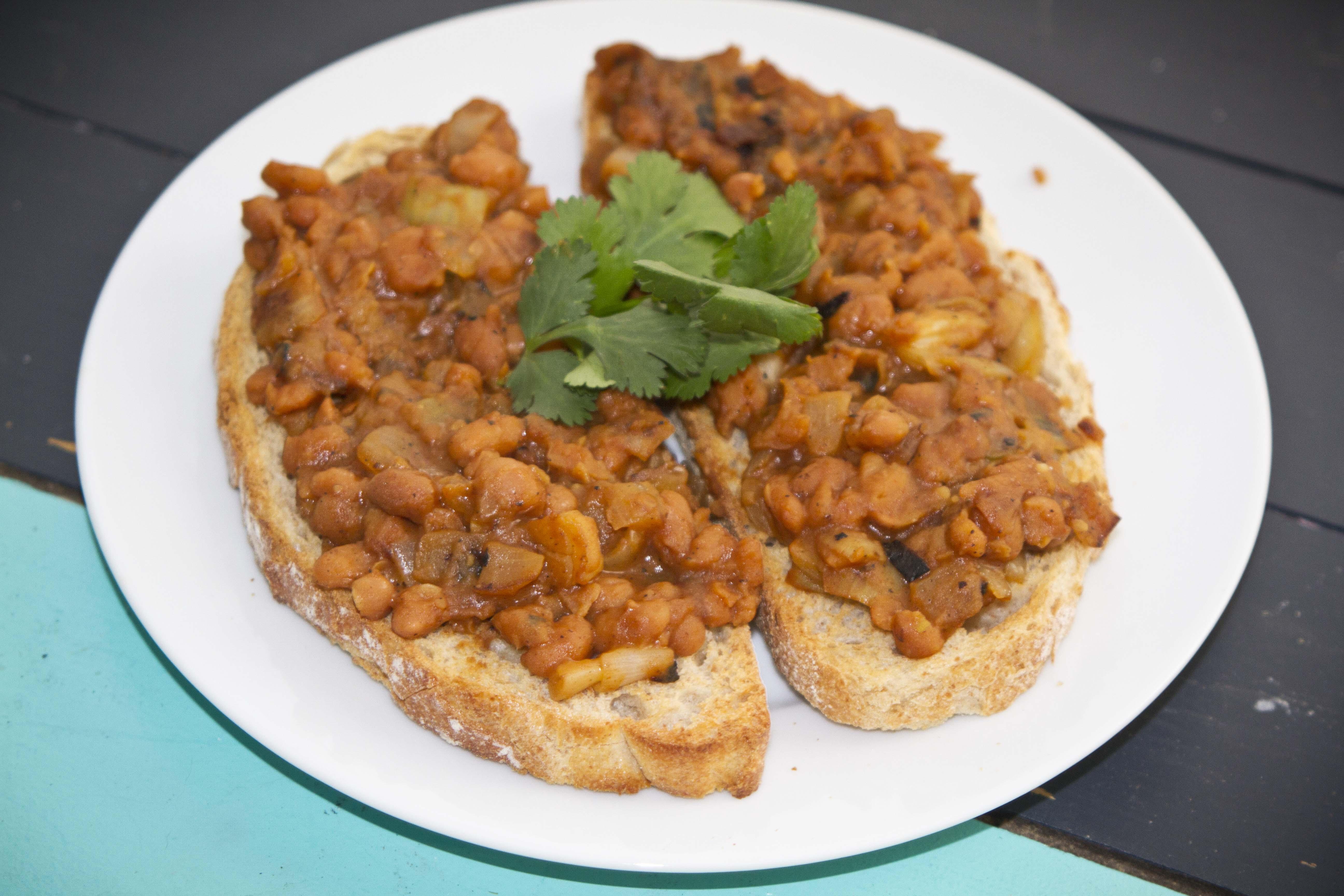 Vegan Breakfast British Style – Beans on Toast – The Vegan Kat